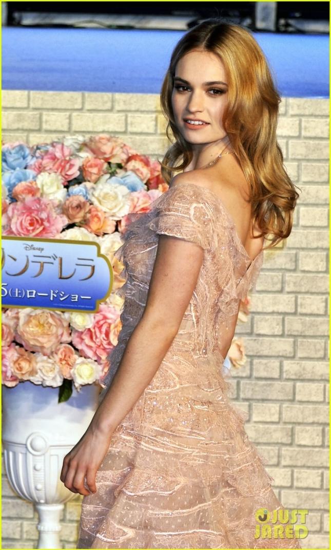 "Лили Джеймс на премьере ""Золушки"" в Токио"