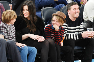 liv-tyler-dave-gardner-bring-their-kids-to-knicks-game-14