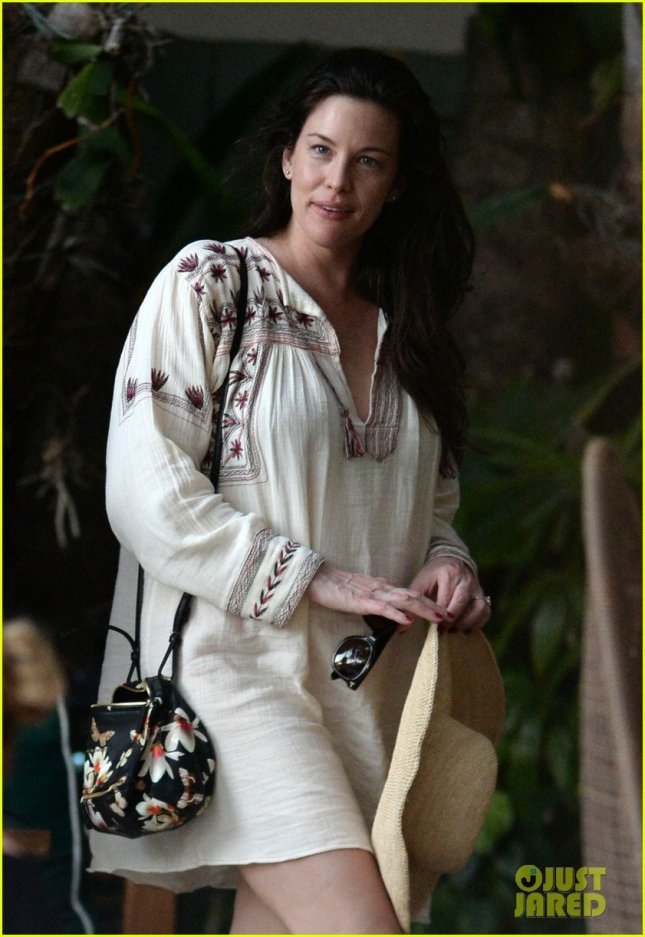 liv-tyler-poolside-in-miami-03