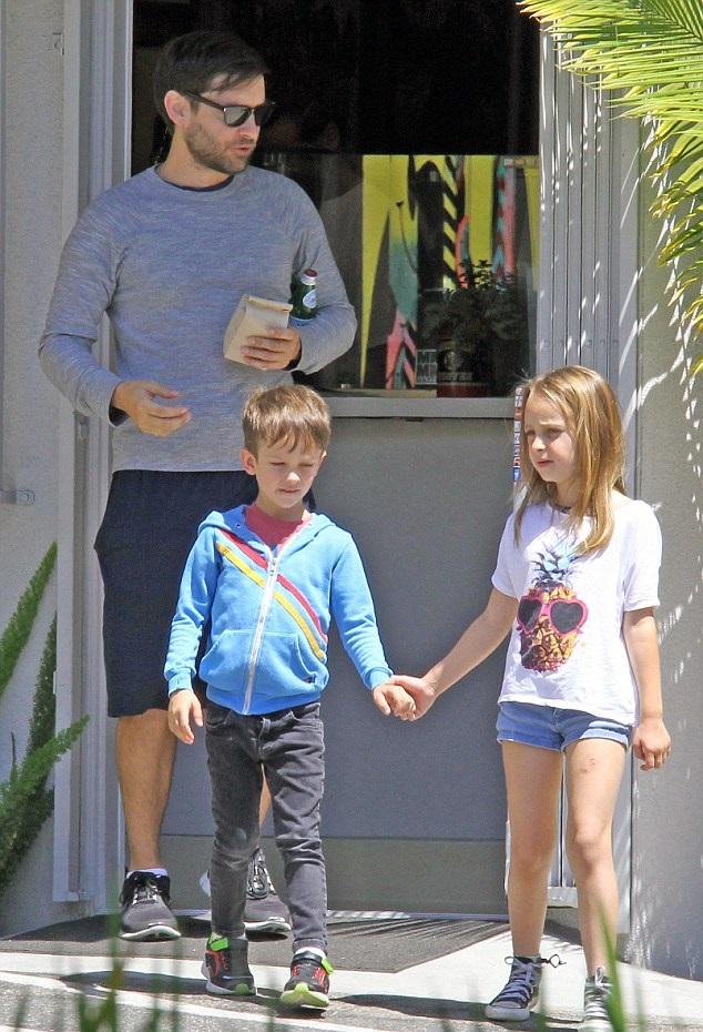 Тоби Магуайр с детьми