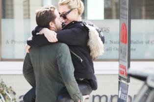 margot-robbie-packs-on-pda-with-boyfriend-tom-ackerly-04