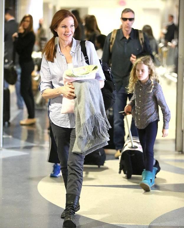 Актриса с дочерьми-близнецами Иден и Саванной и мужем Томом Махони