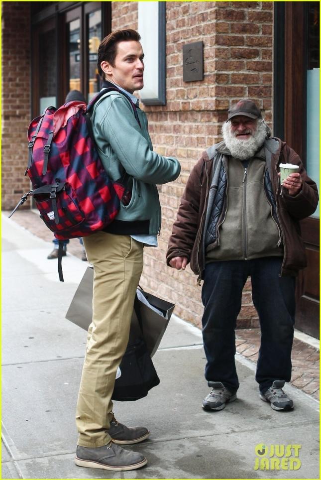 Мэтт Бомер поприветствовал легендарного Радиомэна (бездомный, известный более чем сотней камео в различных фильмах и тв-шоу) в Нью-Йорке