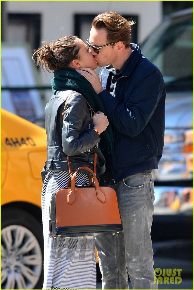 michael-fassbender-makes-out-with-girlfriend-in-nyc-01