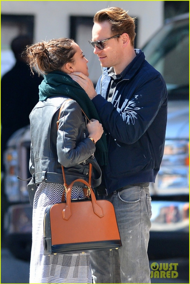 michael-fassbender-makes-out-with-girlfriend-in-nyc-03