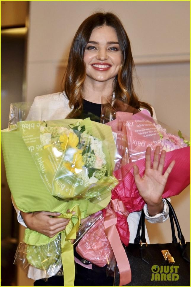 Миранда Керр активно сотрудничает со своими азиатскими клиентами и часто бывает в Токио, где австралийскую красавицу встречают с огромными букетами свежих цветов