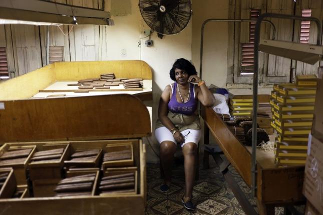 Работница на Кубе, здание сигаретной фабрики