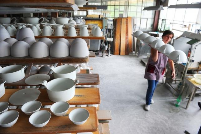 Работница на заводе по изготовлению фарфора, Лимож, Франция