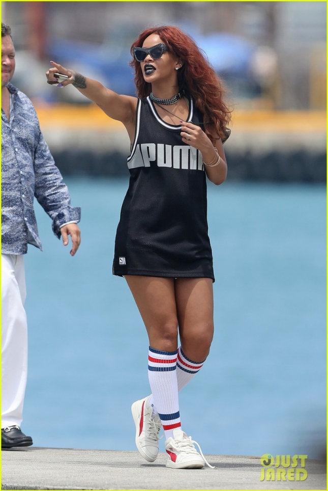 rihanna-red-hair-for-boat-ride-in-hawaii-02