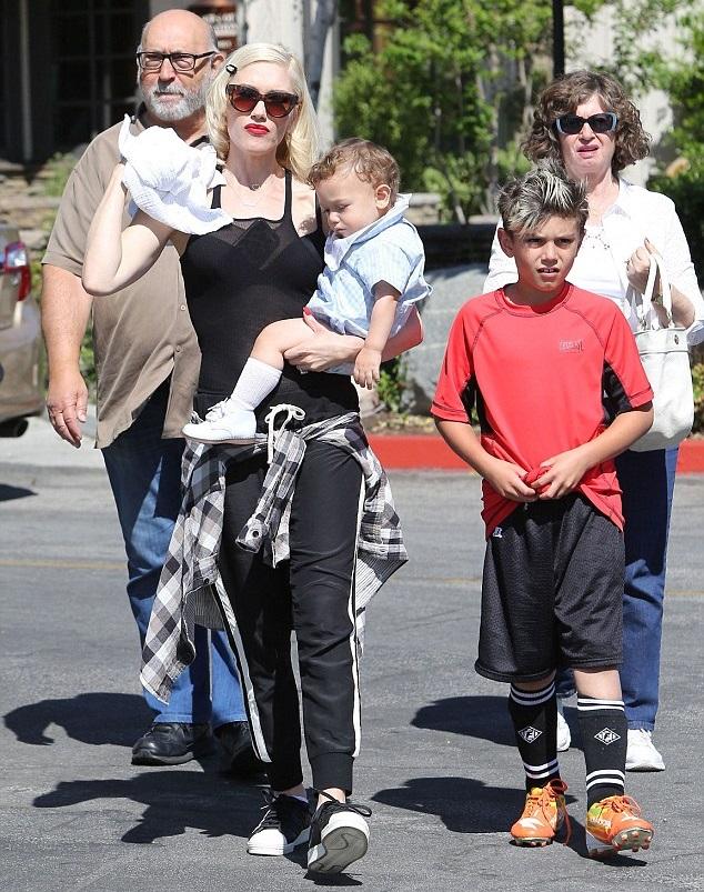 Гвен Стефани с сыновьями и своими родителями