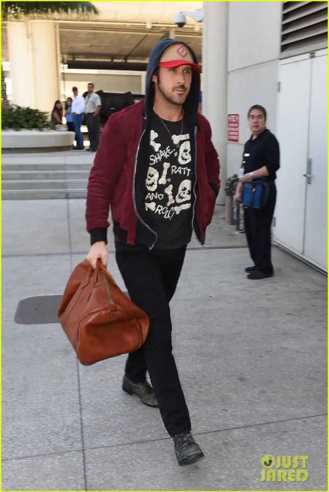 ryan-gosling-lax-airport-leaving-town-02