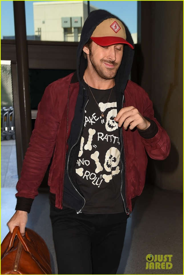 ryan-gosling-lax-airport-leaving-town-03