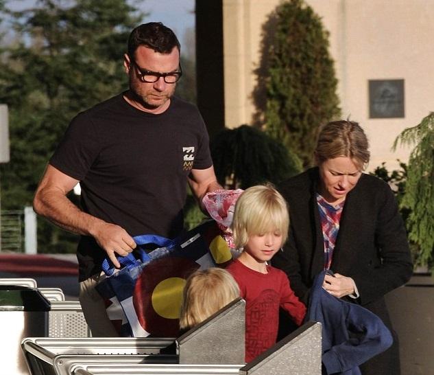 Наоми Уоттс и Лев Шрайбер с сыновьями