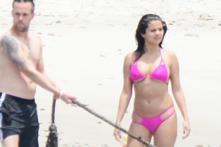 selena-gomez-shows-off-her-bikini-on-the-beach-27