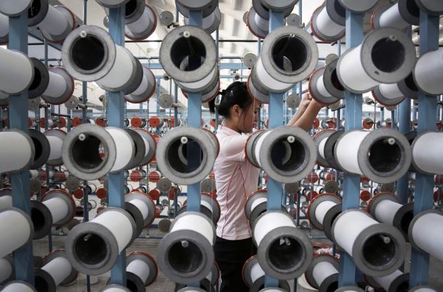 Северная Корея. Прядильщица на тектильной фабрике. Коммунизм побеждает здравый смысл. Ударница коммунистического труда вполне довольна своей участью и считает, что трудится на благо нации.