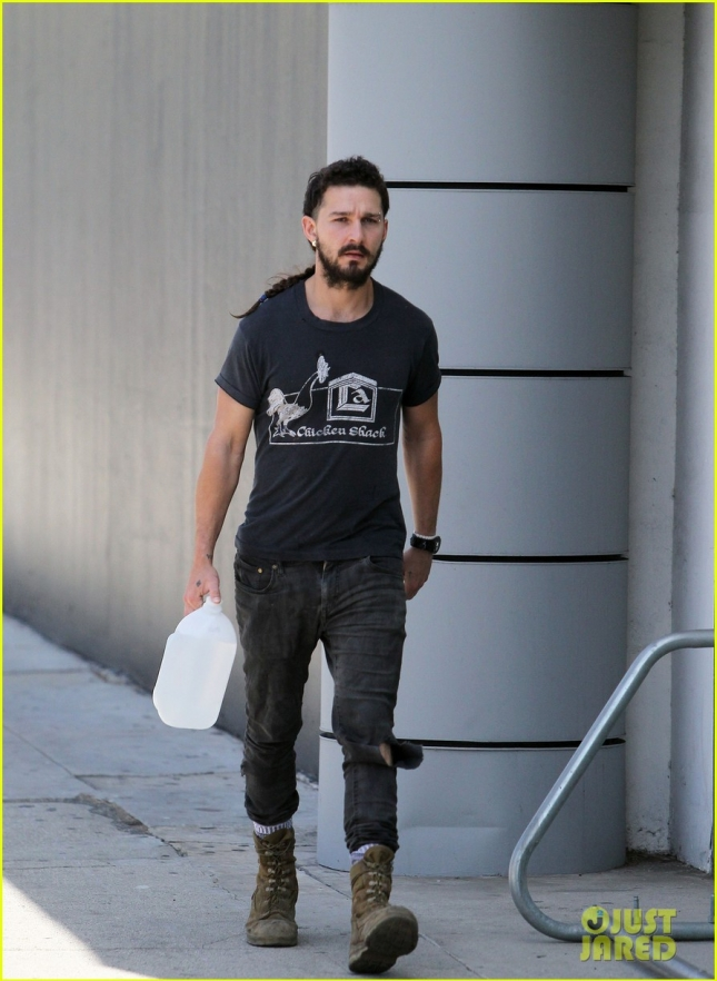 shia-labeoufs-rattail-longer-than-ever-04