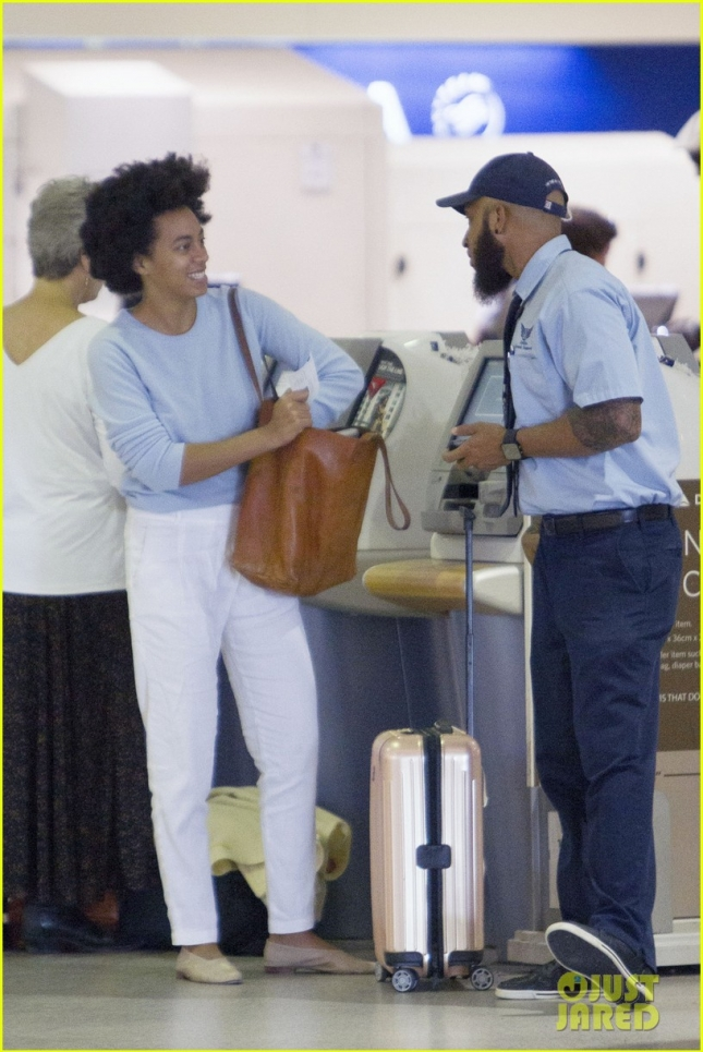 solange-knowles-at-the-airport-05