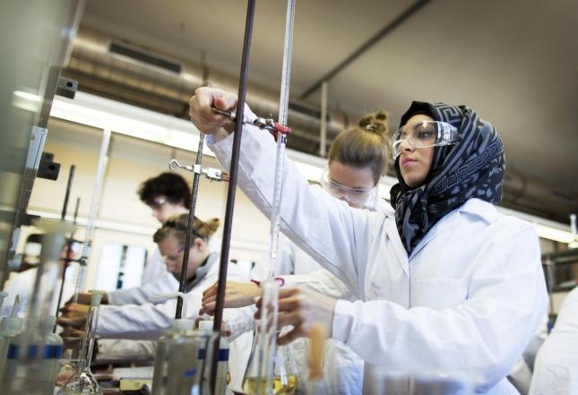 Студентки отделения технологии питания в берлинском колледже, Германия.