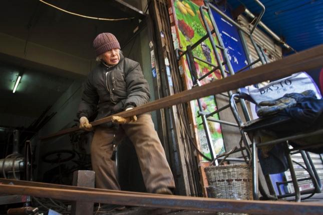 Сварщица металлоконструкций в Шеньяне, Китай. Женщине 90 лет, а она ничего, бодрячком. Хочешь жить, умей вертеться.