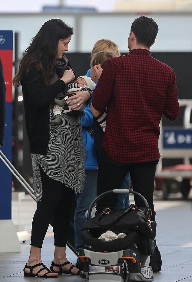 Лив Тайлер и Дэвид Гарднер с сыновьями в аэропорту Нью-Йорка