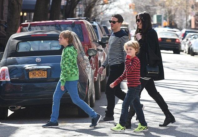 Лив Тайлер и Дэйв Гарднер с сыновьями