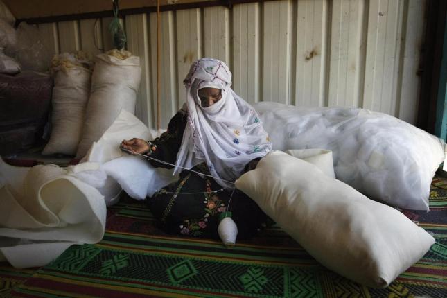 Владелица собственной мастерской в Израиле шьет подушку. Рахат, бедуинский город.