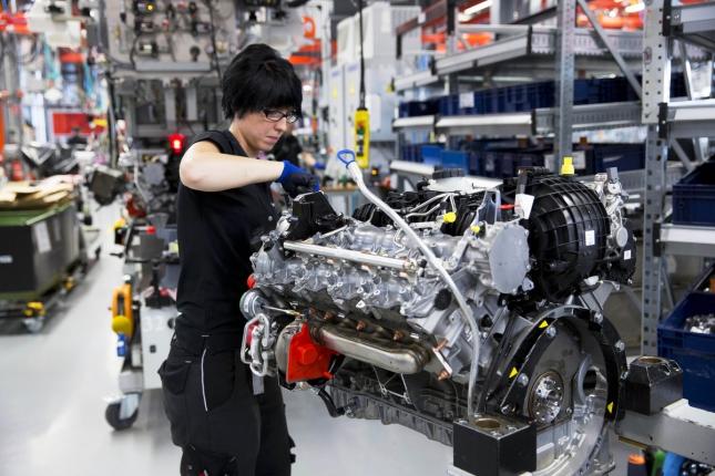 Женщина-инженер на заводе по сборке Мерседесов в Аффальтербахе, Германия