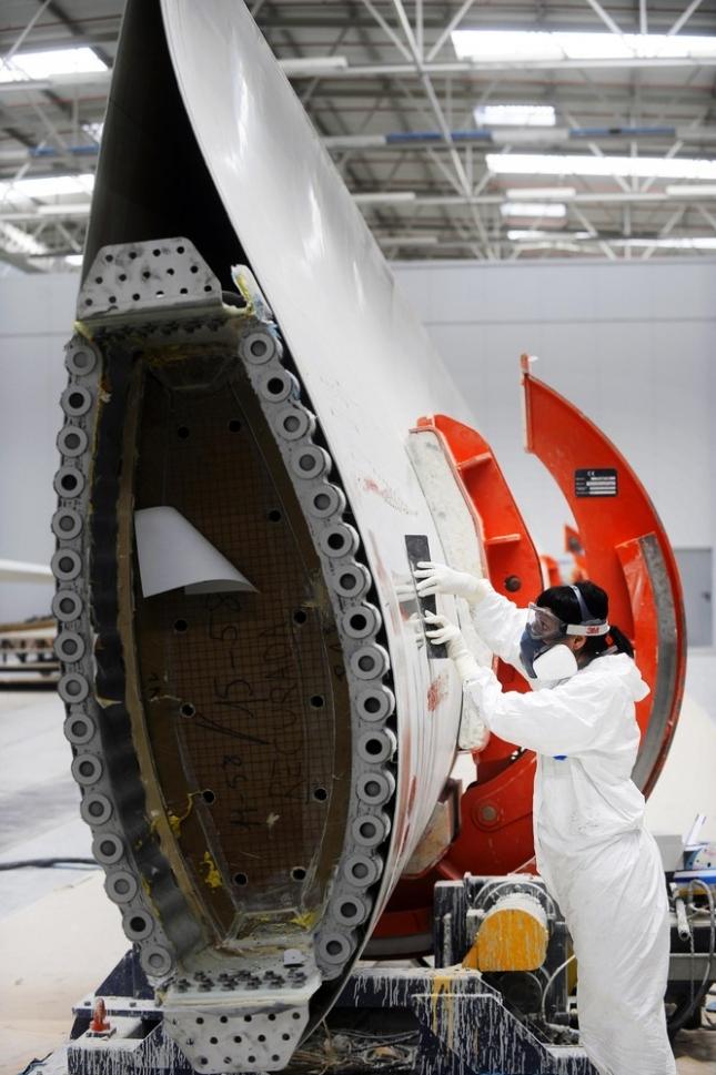 Женщина работает над созданием ветряной турбины, Айоз, Северная Испания