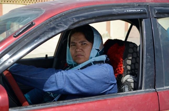 Женщина-таксист в Афганистане возит женщин, которым нельзя выходить из дома без своих мужчин. Балх.