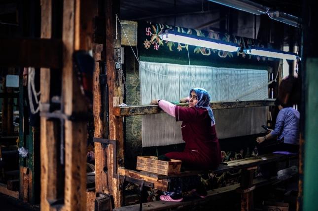 Женщины ткут ковыр в Костандово, Болгария