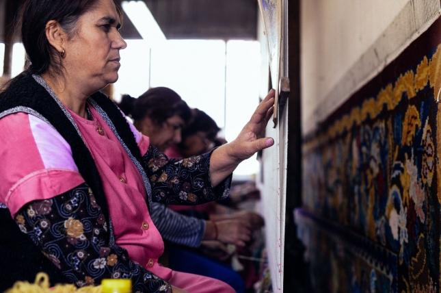 Женщины в Костандово, Болгария, ткут ковры.