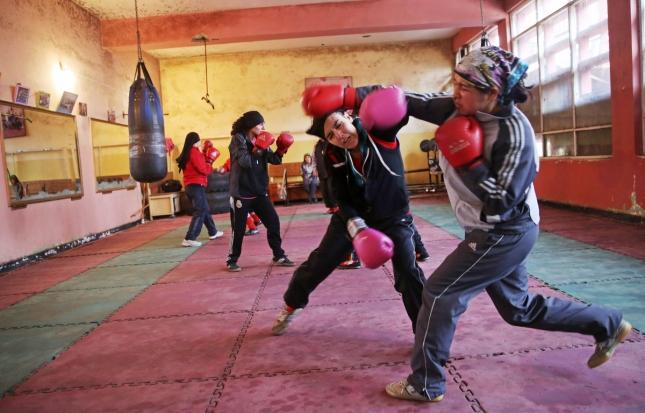 Женский бокс в Кабуле. Тренер тоже женщина.