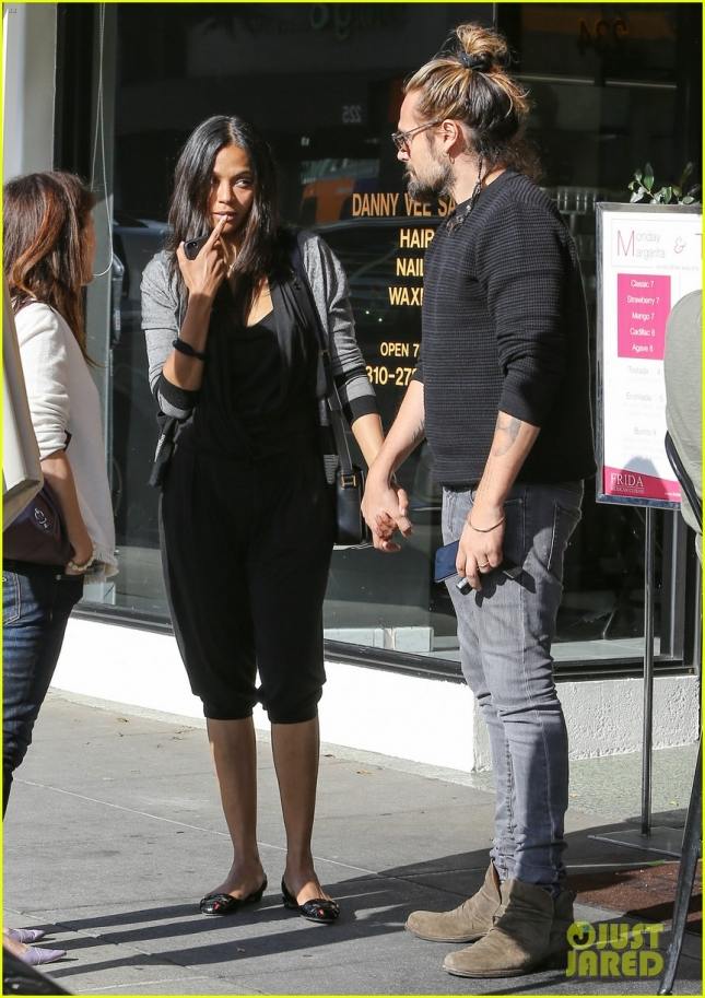 zoe-saldana-reveals-who-changes-diapers-30