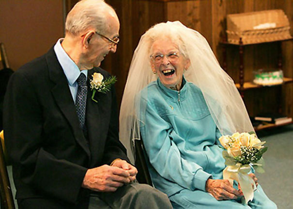 Элтону Николсу 91, его Бетти 84. Они нашли друг друга в доме престарелых.