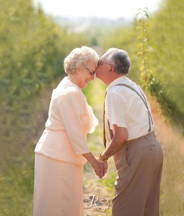 Пожилые влюбленные перед свадьбой