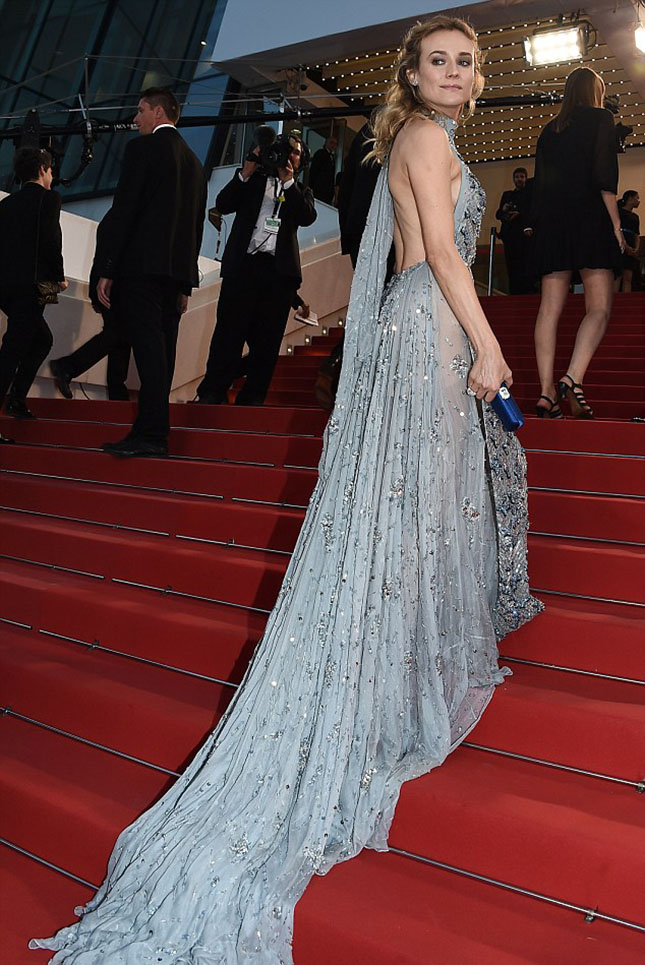 28C26FF400000578-3084873-Flowing_As_she_walked_up_the_steps_into_the_theatre_for_the_prem-a-149_1431847722075