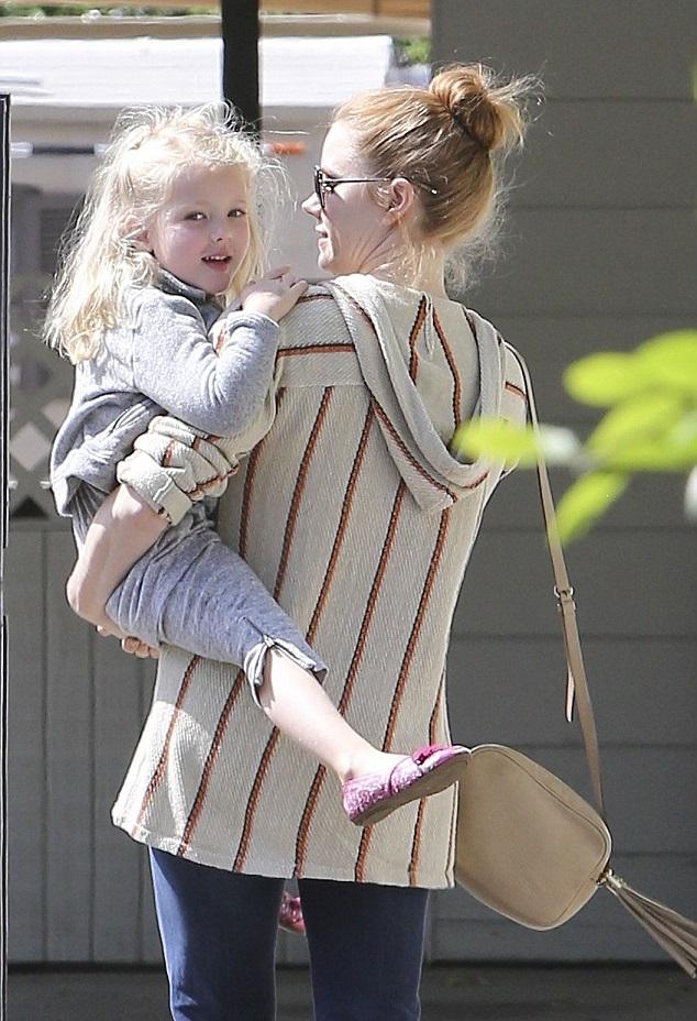 Эми Адамс с дочкой 9 мая в Лос-Анджелесе