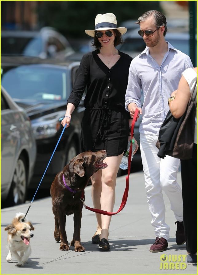Энн Хэтэуэй и Адам Шульман выгуливают своих собак - Эдварда и Эсмеральду