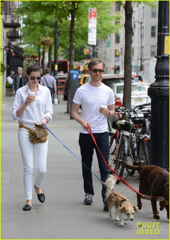 Энн Хэтэуэй и Адам Шульман на прогулке с собаками