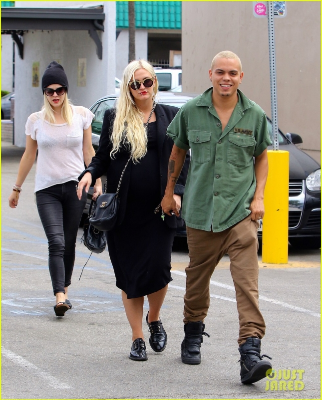 Pregnant Ashlee Simpson and Evan Ross eat for three at Casa Vega
