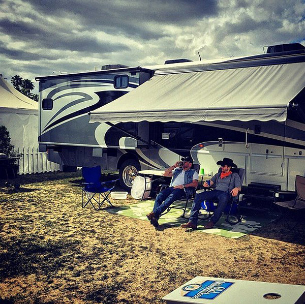 Ashton-Kutcher-Mila-Kunis-Stagecoach-2015