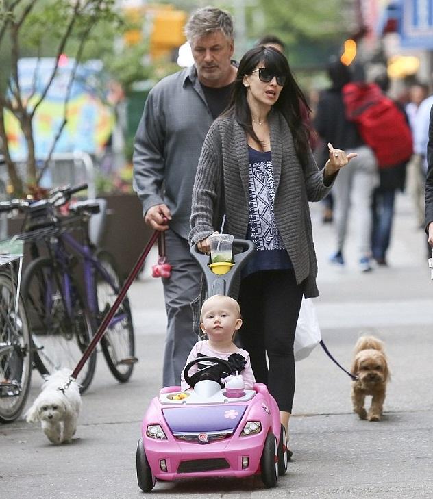Алек и Хилари Болдуин с Кармен на прогулке в Нью-Йорке 15 мая
