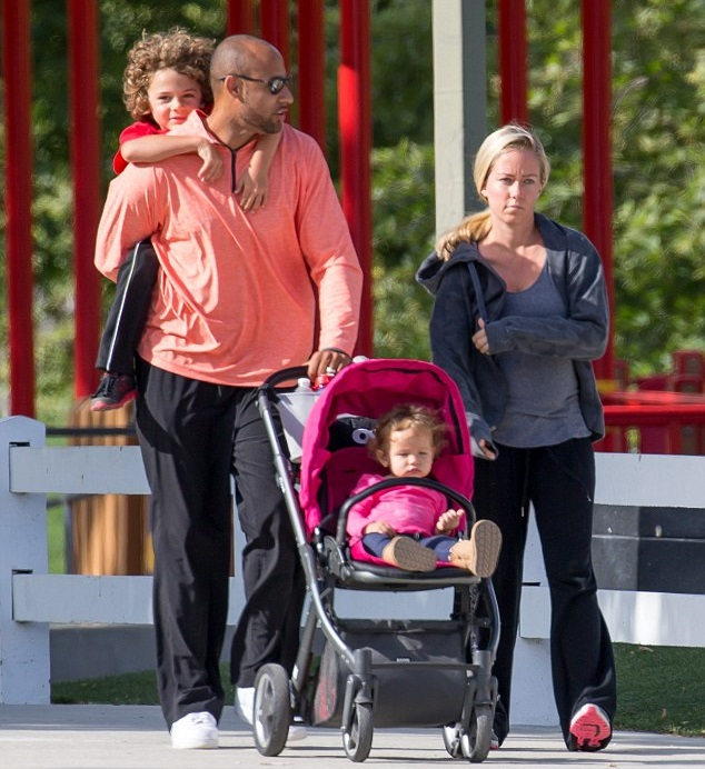 Кендра Уилкинсон и Хэнк Баскетт с детьми