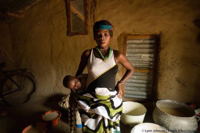 В селе Ангарадебоу в Бенине девушки и женщины готовятся раскрашивать лица, чтоб просить всей общиной милости богов на церемонии Именования. Это празднество — нечто типа праздника урожая и бесконечно радует матерей, чье счастье заключается в простой просьбе к небесам: «Пусть мой ребенок будет жирненьким, сытым». Адскими усилиями, таская воду из далекой речки, женщины превратили кусок пустыни в цветущий оазис, и теперь здесь произрастают растения, пригодные в пищу. У матерей появилось молоко в груди, теперь их деткам не грозит истощение.