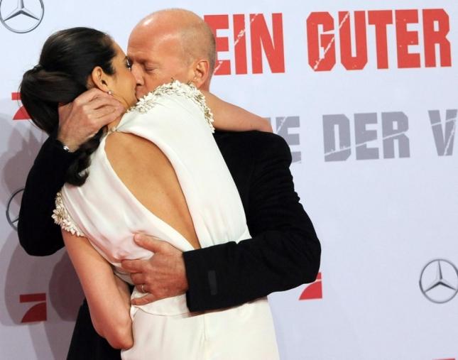 Эмма Хеминг и Брюс Уиллис (какой контраст с предыдущим фото, сразу видно кто любит, а кто позволяет себя любить)