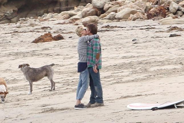 Шон Пенн и Шарлиз Терон на пляже в Малибу