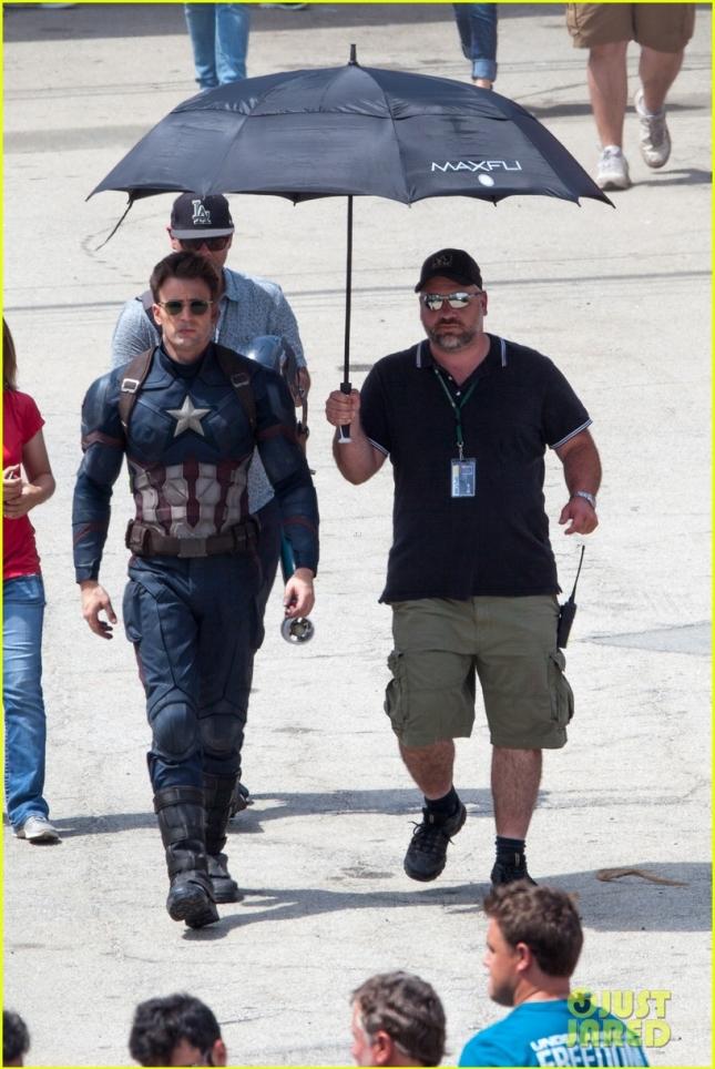 """Крис Эванс в образе Капитана Америки и его """"ассистент-зонтодержатель"""""""