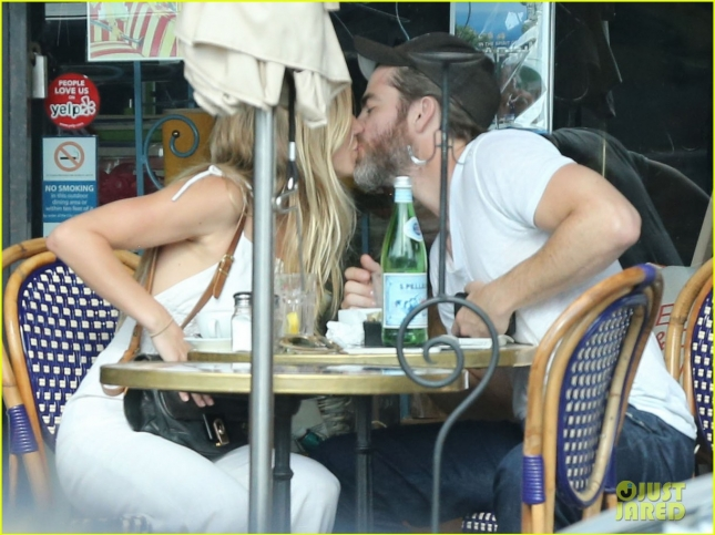 chris-pine-kisses-mystery-girlfriend-during-a-romantic-lunch-03