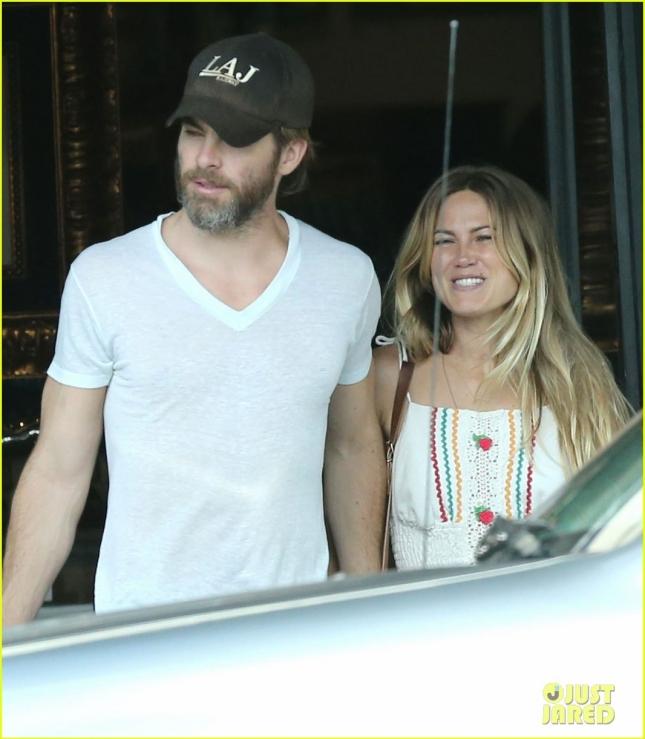 Крис Пайн и его новая девушка были сфотографированы в Голливуде после ланча, на котором красноречиво целовались