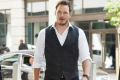 chris-pratt-takes-piano-time-jurassic-world-press-tour-01